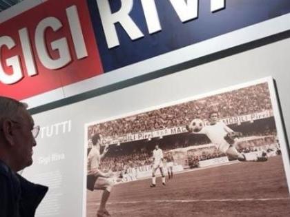 Riva al museo Cagliari firma la sua foto
