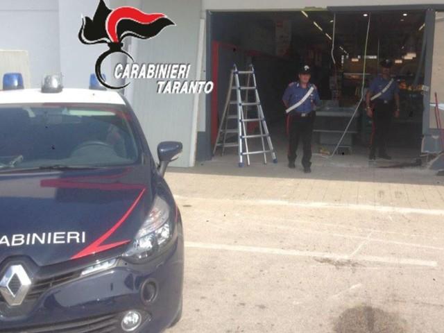 San Giorgio Ionico: tentato assalto al supermercato con un carro attrezzi Nella notte, sfondata la vetrina. I carabinieri, allertati da un passante, hanno sventato il furto della cassaforte