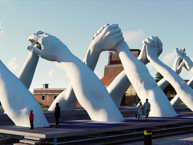 All'Arsenale le nuove mani giganti di Lorenzo Quinn: 12 in tutto, rappresentano l'aspirazione umana