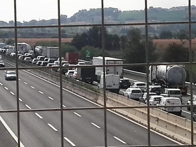 Camion si ribalta in autostrada: code chilometriche tra Civitanova e Porto Recanati