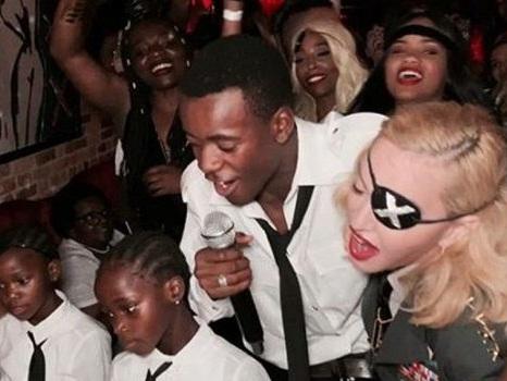 Madonna canta Elton John con i figli al suo 61° compleanno: pace fatta dopo anni di insulti? (Video)
