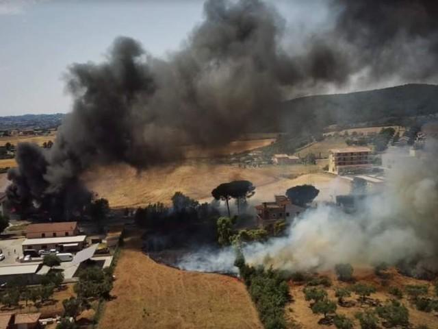 Violento incendio alle porte di Roma: colonne di fumo nero e paura per i residenti