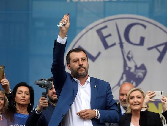 Civiltà Cattolica contro Matteo Salvini: «No a rosari in politica, cristiani si indignino»