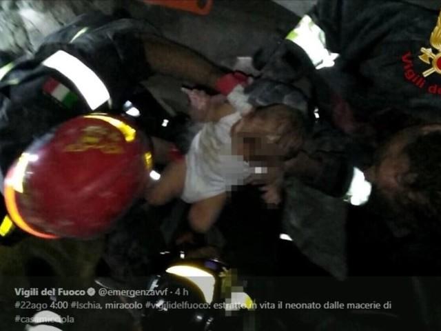 Terremoto a Ischia, salvato dalle macerie un bimbo di 7 mesi. Il video