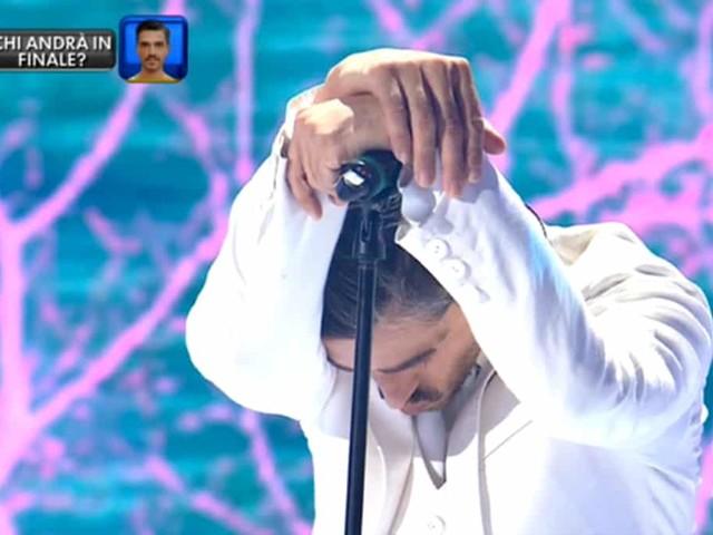 Amici Celebrities, Massimiliano Varrese si commuove e smette di cantare. Poi spiega il motivo