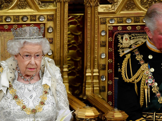 """Il discorso della regina a Westminster: """"Garantiremo il diritto dei cittadini Ue a rimanere"""""""