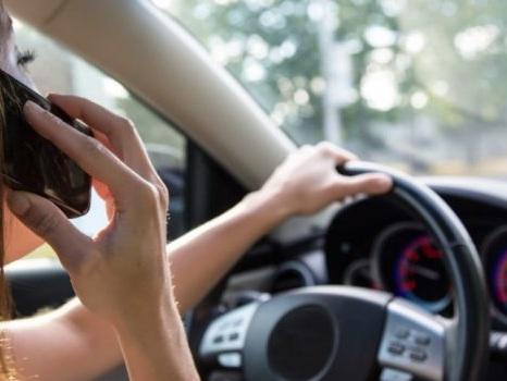 Nuovo codice della strada su normativa seggiolini auto e multe guida con telefono, situazione dicembre 2017