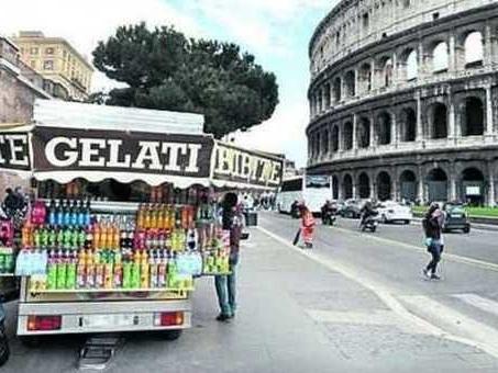 Permessi per ambulanti: 16 indagati a Roma tra dirigenti comunali e Tredicine