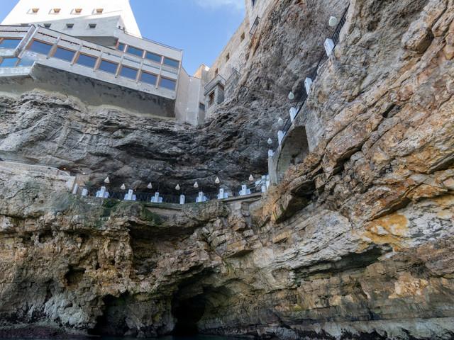 Polignano, ristorante Grotta Palazzese: aveva carne scaduta, maxi multa