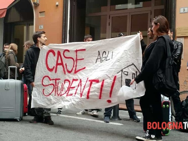 Via Schiavonia: Studenti fuorisede e caro-affitti, Cua in protesta sotto residenza Er.Go