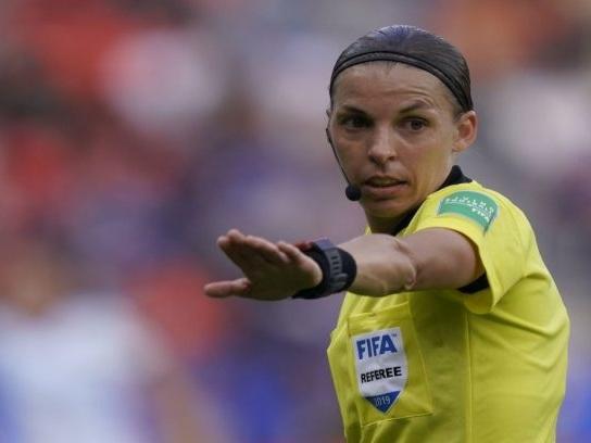 Stéphanie Frappart designata per arbitrare la Supercoppa Europea: sarà la prima donna a dirigere una finale di calcio maschile