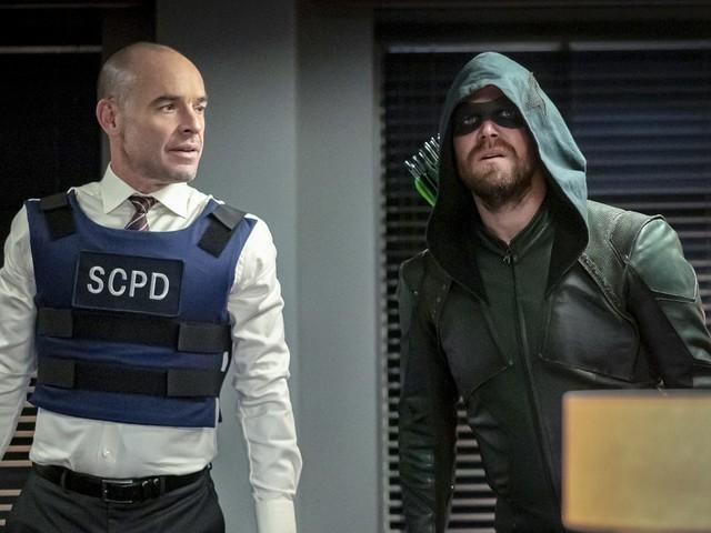 Arrow 8 festeggia il ritorno di Paul Blackthorne con una missione in famiglia ad un passo dal crossover (video)