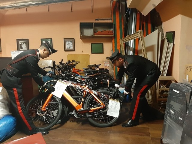 Durante un controllo amministrativo all'interno di un ristorante, i Carabinieri trovano 11 biciclette elettriche rubate. Titolare denunciato per ricettazione.