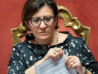 Open Arms, Elisabetta Trenta aveva programmato tutto per far sbarcare 32 migranti. Crociata contro Salvini