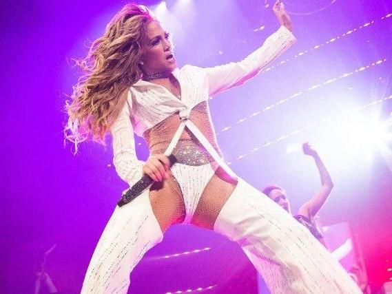 Addio ai pantaloni che coprono: Jennifer Lopez lancia i tanga pants rivelatori