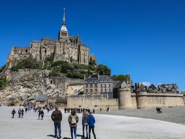Mont-Saint-Michel inquinata dalla plastica degli allevamenti di ostriche e cozze