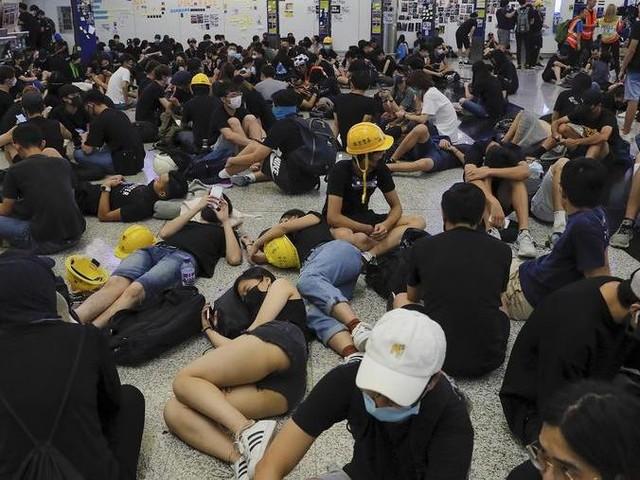 Bloccato l'aeroporto Hong Kong. Pechino: manifestanti terroristi