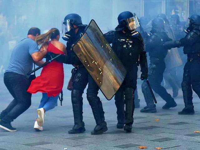 Parigi, violenze e incendi: barricate dei black block infiltrati nel corteo per il clima. Polizia su Twitter invita ad allontanarli