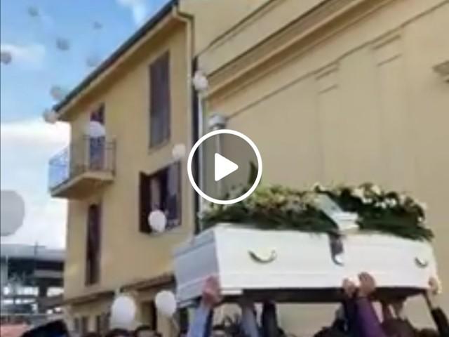 Lacrime e dolore a Camporeale, il funerale di Benny Ferrara (VIDEO)
