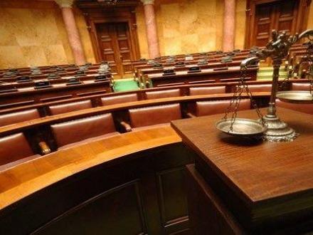 Obbligo di rinnovo del decreto di irreperibilità prima del rinvio a giudizio