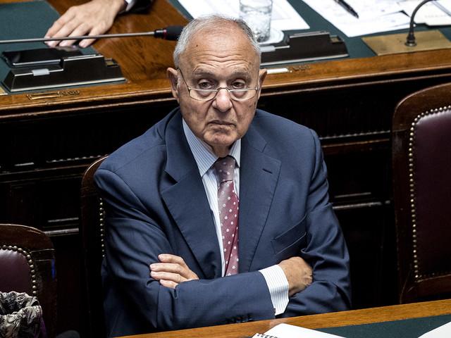 Savona si fa comprare il suo libro con i soldi di Palazzo Chigi