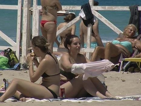 A Palermo finalmente sole e caldo, tutti a Mondello per un relax in spiaggia: le foto