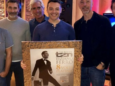 TZN – The Best of Tiziano Ferro da 200 settimane in classifica con 8 dischi di platino prima del nuovo album