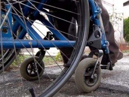 Disabile in carrozzina inseguito per strada e rapinato da una donna incinta