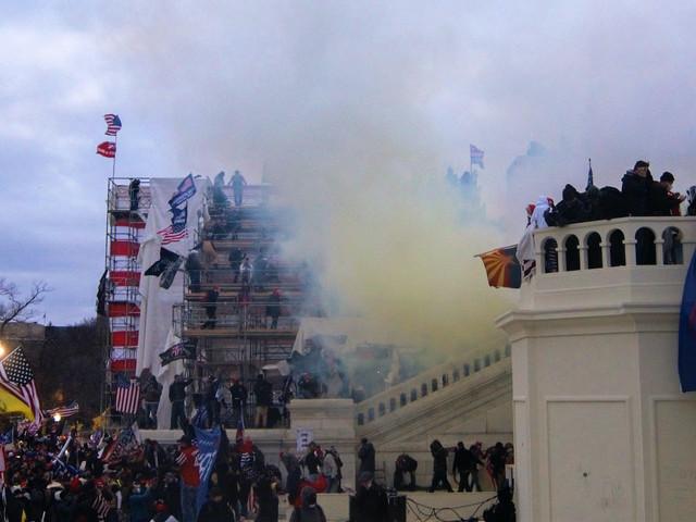 I miti di estrema destra e le teorie del complotto dietro l'attacco al Congresso americano