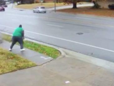 L'auto sbanda sull'asfalto bagnato, ma sul marciapiede cammina il pedone più fortunato del mondo