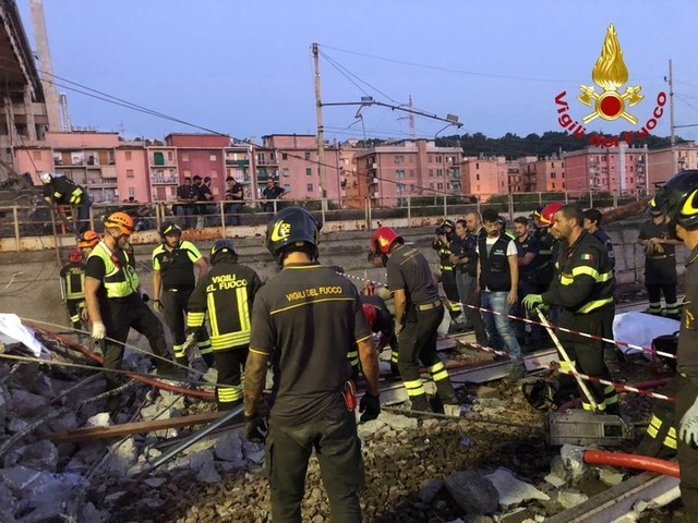 Genova: notte di lavoro per i soccorritori in Val Polcevera, la Liguria si è svegliata pensando alla tragedia di ieri (Foto e Video)