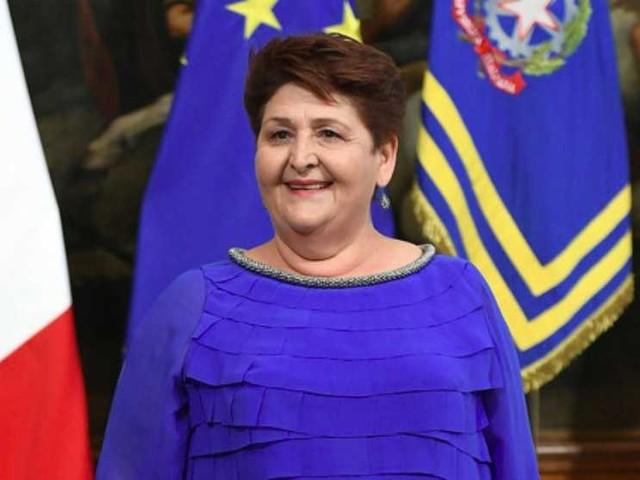 La ministra Teresa Bellanova presa in giro per il suo abito sfoggiato al Quirinale, lei risponde
