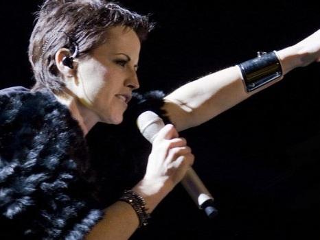 Morta Dolores O'Riordan dei Cranberries, addio a soli 46 anni alla cantante di Zombie: ignote le cause