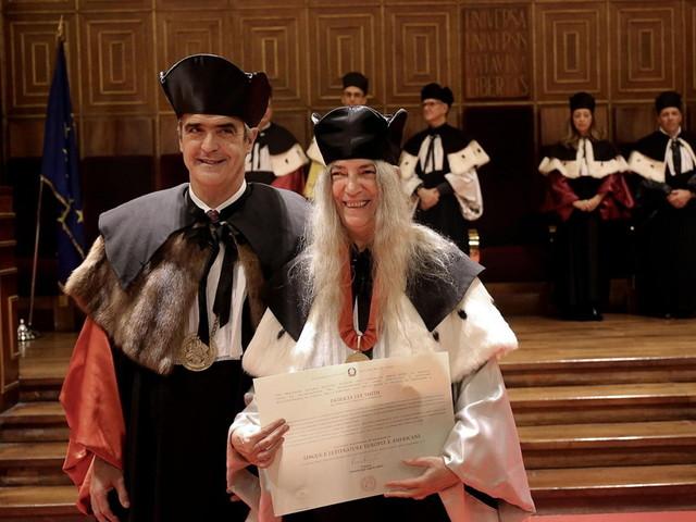 L'alloro per la sacerdotessa del rock: a Patti Smith la laurea honoris causa dell'Università di Padova