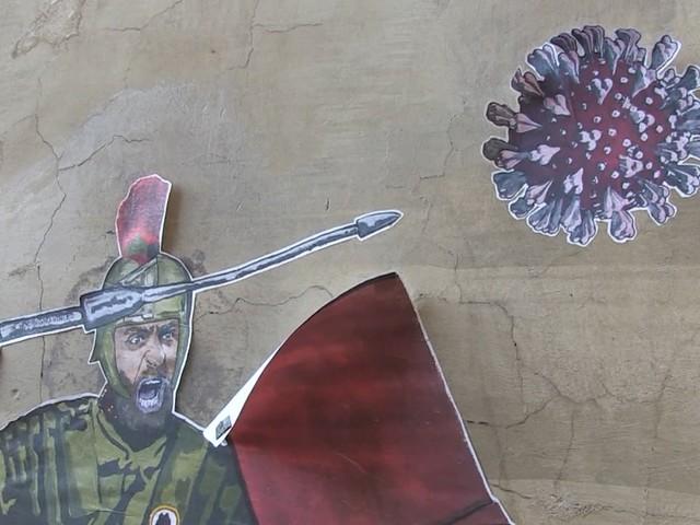 """Daniele De Rossi, a Roma spunta un murale dedicato al centrocampista """"gladiatore"""" che combatte contro il Covid – Video"""