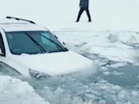 In auto sul lago congelato ma il ghiaccio cede improvvisamente: terrore per una coppia in Cina [FOTO e VIDEO]