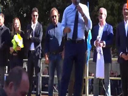 Matteo Salvini, l'ultima sfida ai vescovi dal palco di Bari: chiude il comizio con un crocifisso