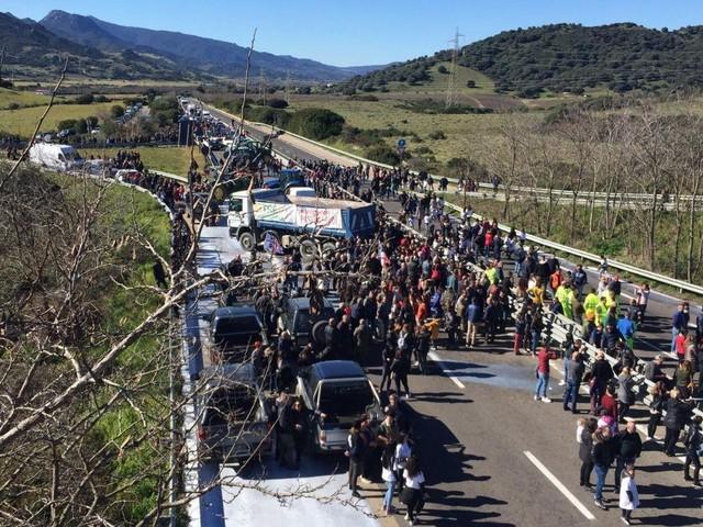 La rabbia dei pastori esplode nel giorno del voto: assalto armato ad autocisterna