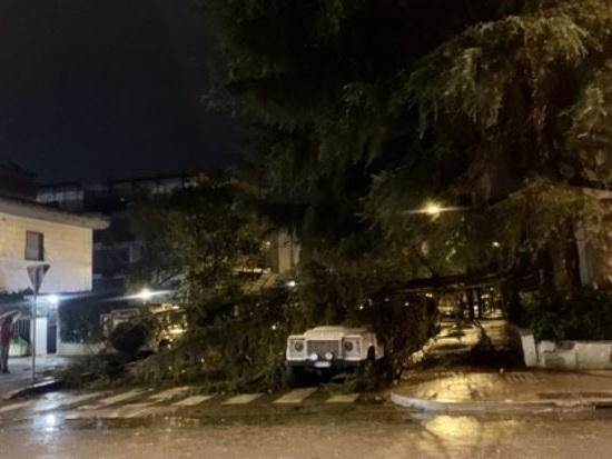 Maltempo, vento oltre 100 chilometri all'ora al Sud: danni e disagi, grave una ragazza