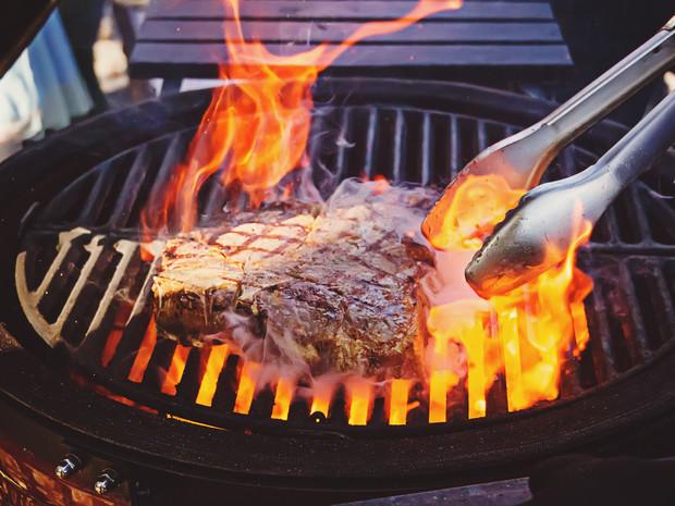 La grigliata fa male alla salute? Ecco i trucchi per limitare i danni della bruciatura