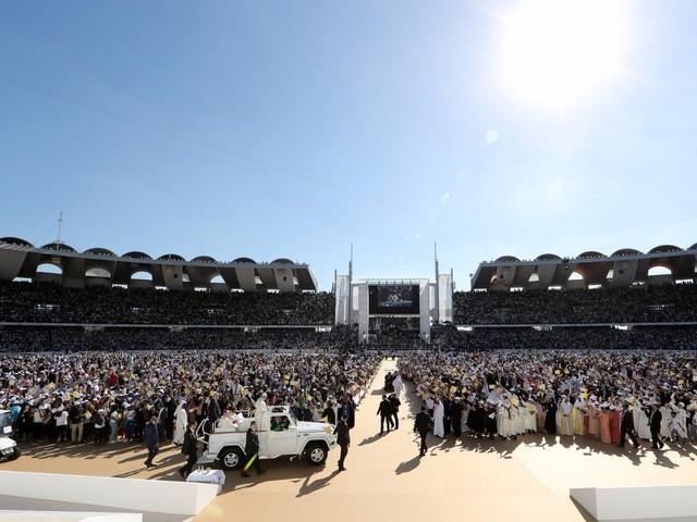 """L'abbraccio del Papa alla comunità cattolica: il cristiano """"armato"""" solo di fede e amore"""