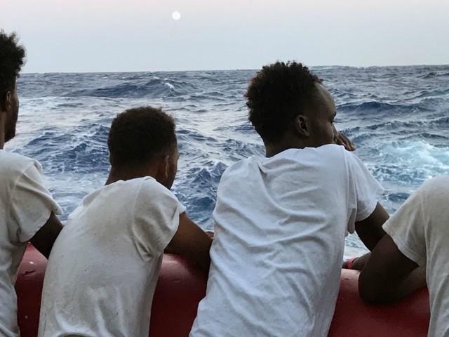 Migranti, in 200 sono sbarcati a Lampedusa nelle ultime ore: hotspot al collasso. Assegnato porto sicuro all'Ocean Viking: in 176 a Taranto