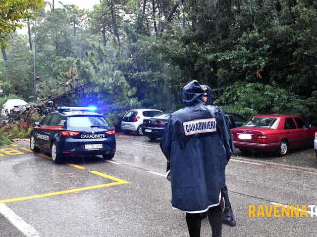 Maltempo di Ferragosto, nubifragio colpisce i lidi nord: pino crolla su auto in sosta
