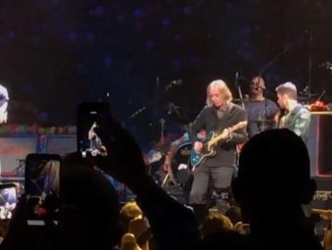 I Coldplay cantano Tom Petty con Peter Buck dei REM, video dell'omaggio in Free Fallin' in concerto a Portland