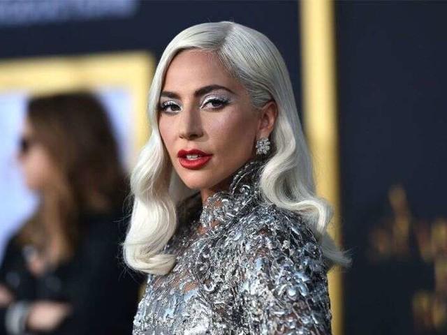 Lady Gaga, durante il concerto a Las Vegas un'altra caduta: questa volta insieme a un suo fan