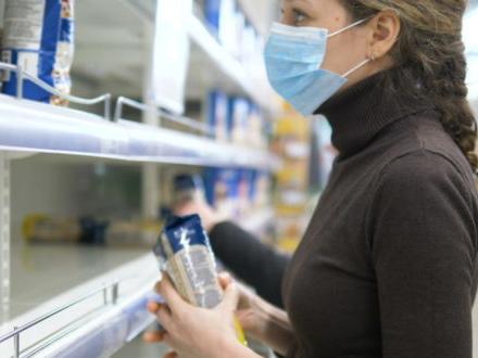 Supermercati e coronavirus: quasi spariti gli sconti, non si vendono (per ora) fiori e cancelleria e le file aumentano