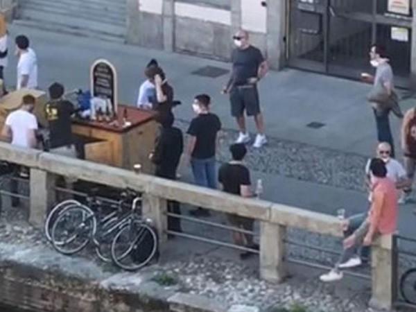 Milano, tensione in zona movida per il coprifuoco: lancio di bottiglie contro la polizia