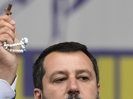 Salvini bacia il rosario per fede o per marketing? Cosa si dice in giro