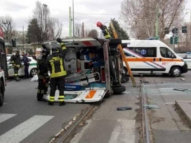 Viale Fulvio Testi, ambulanza coinvolta in incidente: feriti un uomo e due soccorritori