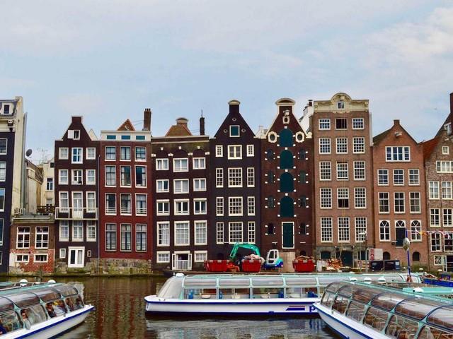 """Perché le case di Amsterdam sono """"storte""""?"""